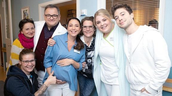 Drehpause -Das Ärztezimmer und Regie-Kollegen.