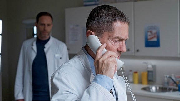 Chefarzt Dr. Kai Hoffmann (Julian Weigend, li.) hat das Gefühl, dass Dr. Kaminski (Udo Schenk, re.) irgendetwas verheimlicht