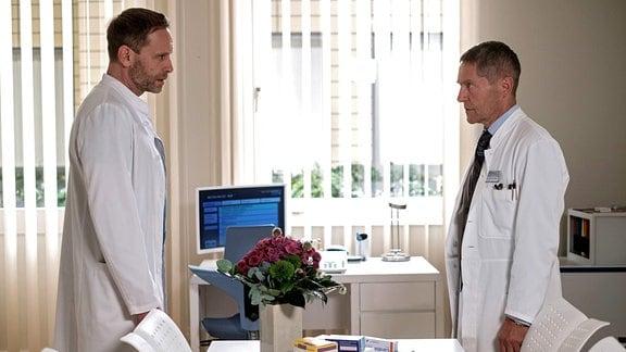 Dr. Kaminski (Udo Schenk, re.) im Gesprch mit Chefarzt Dr. Kai Hoffmann (Julian Weigend, li.)