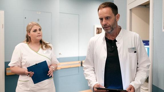 Chefarzt Dr. Kai Hoffmann (Julian Weigend) mit Schwester Miriam (Christina Petersen)