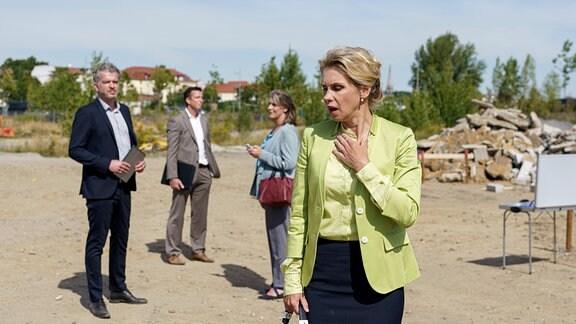 Bei einem Termin mit möglichen Investoren wird der Immobilienmaklerin Lena Philips (Tanja Schleiff, re.) plötzlich ziemlich unwohl.