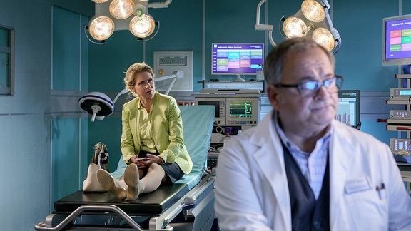 Hans-Peter Brenner (Michael Trischan) bei der Erst-Untersuchung von Lena Philips (Tanja Schleiff)