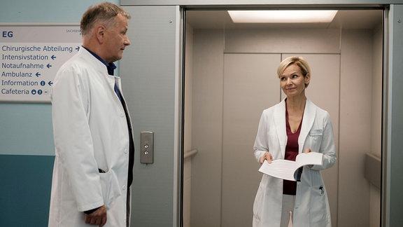 Dr. Kathrin Globisch (Andrea Kathrin Loewig) möchte an der Sachsenklinik ein Schmerzzentrum aufbauen. Sie bittet Dr. Roland Heilmann (Thomas Rühmann), sich ihr Konzept anzuschauen.