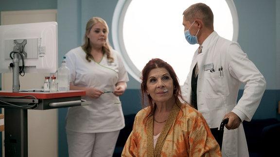 Dr. Kaminski (Udo Schenk) bringt Vera Bader (Claudia Wenzel, mi.) zum Ultraschall.