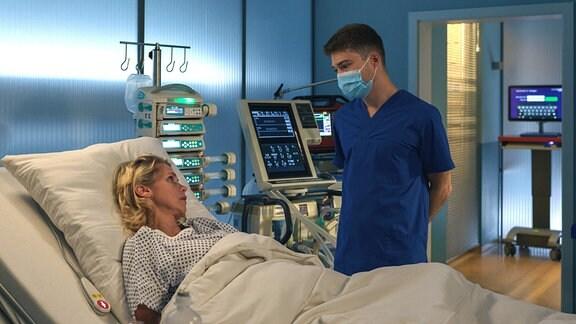 Lena Philips (Tanja Schleiff) mit Pfleger Kris Haas (Jascha Rust), was passiert ist.