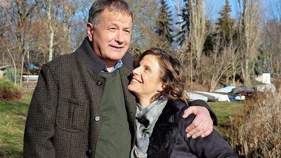 Roland (Thomas Rühmann) und Katja (Julia Jäger) lächelnd im Sonnenschein.