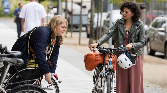 Rieke Machold (Liza Tzschirner, re.) und ihre Freundin Miriam Schneider (Christina Petersen, li.) vor der Klinik.