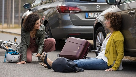 Rieke Machold (Liza Tzschirner, li.) hat, telefonierend auf dem Fahrrad, eine Fußgängerin (Isabel Varell. re) übersehen und diese umgefahren ... unwissend um wen es sich hier tatsächlich handelt.