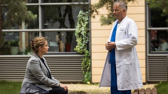 Katja Brückner (Julia Jäger) will sich bei Roland Heilmann (Thomas Rühmann) nach ihrer Arbeitskollegin erkundigen.