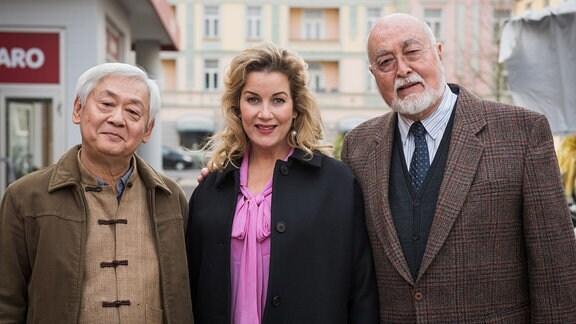 Sarah Marquardt (Alexa Maria Surholt), Verwaltungschefin der Leipziger Sachsenklinik, mit Dr. Ludwig Dressler (Ludwig Haas, r.) und Gung (Amorn Surangkanjanajai)