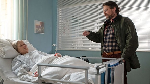 Hans-Konrad Freibrink (Mathias Harrebye-Brandt) besucht seine Mutter Annegret (Hedi Kriegeskotte)