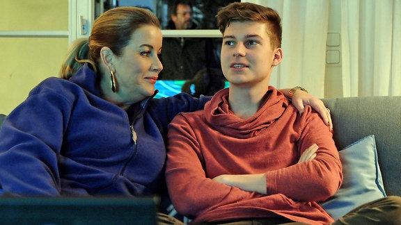 Alexa Maria Surholt umarmt ihren Filmsohn Johann Lukas Sickert.