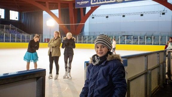 Kinderdarsteller auf der Eisbahn
