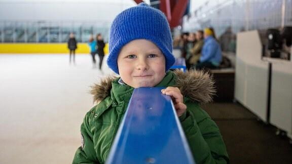 Kinderdarsteller in einer Drehpause auf der Eisbahn