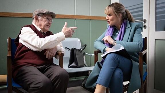 Anja Nejarri im Gespräch mit Carl Heinz Choynski in einer Drehpause