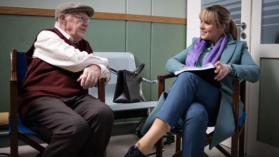 Anja Nejarri lauscht Carl Heinz Choynski in einer Drehpaus
