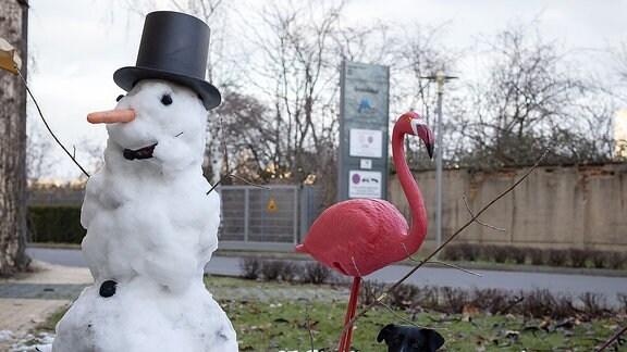 Schneemann und Flamingo und Hund im Schnee am Set von In aller Freundschaft