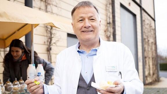 Thomas Rühmann mit Eis am Set von In aller Freundschaft