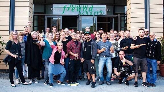 """Das Team von """"In aller Freundschaft"""" vor dem Studiogebäude."""