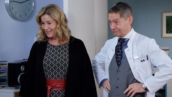 Zwei Schauspieler machen Spaß beim Dreh einer Szene