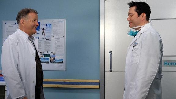 Zwei Schauspieler machen Spaß beim Dreh einer Szene und müssen lachen