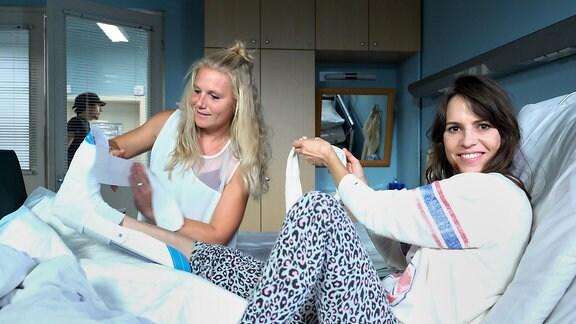 Beraterin Sarah Zeising und Birthe Wolter bereiten den Gips vor