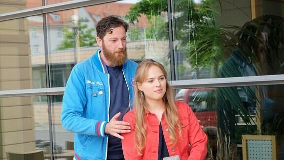 Kameramann Christoph Poppke gibt Ella Zirzow Anweisungen