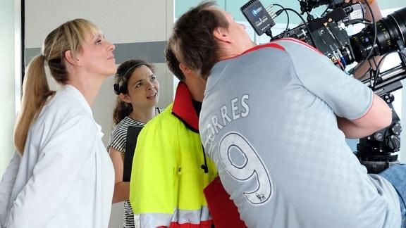 Anja Nejarri blickt dem Kameramann über die Schulter