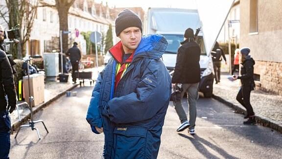 Jascha Rust am Drehort mit einer warmen Jacke