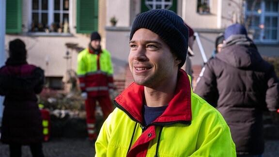 Jascha Rust lächelt in einer Drehpause
