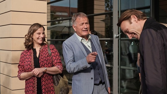 Julia Jäger, Thomas Rühmann und Bernhard Bettermann lachen bei den Dreharbeiten.