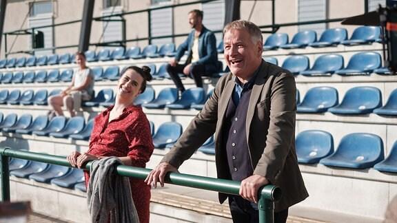 Ein Mann und eine Frau in einem Stadion