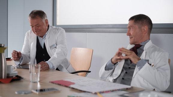 Thomas Rühmann und Udo Schenk lachen in einer Drehpause