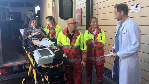 Julian Weigend als Dr. Kai Hoffmann vor einem Rettungswagen.