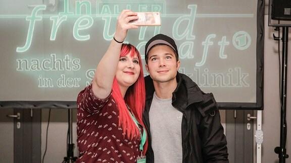 Ein Fan macht ein Selfie mit Jascha Rust.