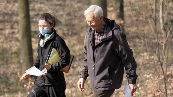 Regisseurin Theresa Braun mit Rolf Becker bei Dreharbeiten