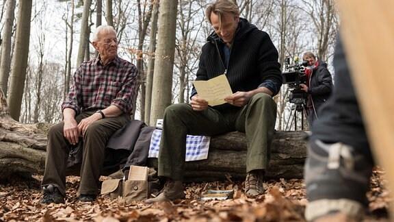 Rolf Becker und Bernhard Bettermann bei Dreharbeiten im Wald
