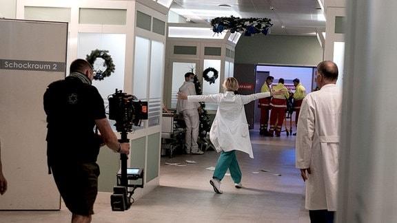 Andrea Kathrin Loewig bei Dreh Weihnachtsfolge von hinten