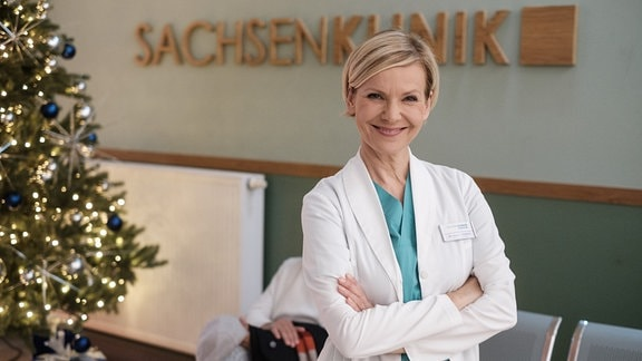 Andrea Kathrin Loewig lächelt bei Dreh Weihnachtsfolge