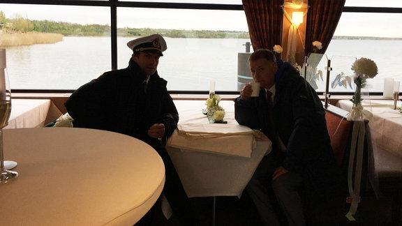 Kurze Aufwärmpause während Dreharbeiten mit Thomas Rühmann
