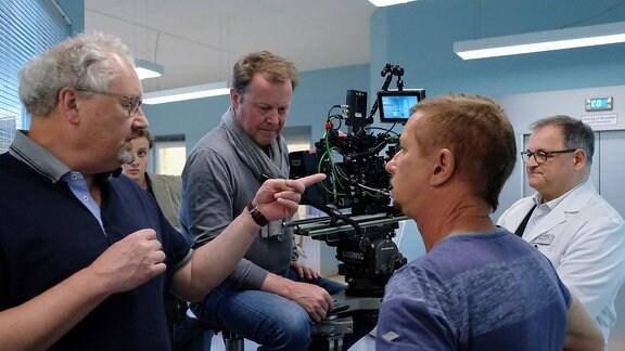 Besprechung mit Regisseur am Set von In aller Freundschaft
