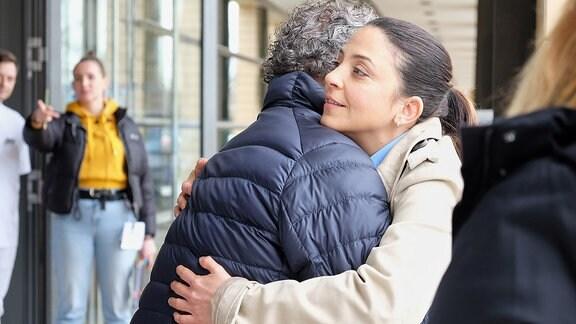 Arzu Bazman und Rolf Kanies umarmen sich