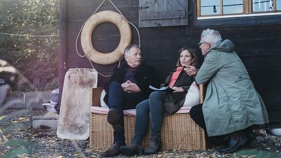 Thomas Rühmann und Julia Jäger bei einer Besprechung mit dem Regisseur