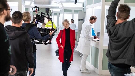 Andrea Kathrin Loewig bei Dreharbeiten