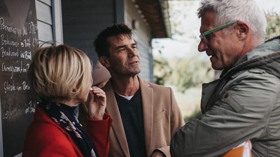 Andrea Kathrin Loewig, Thomas Scharff und Regisseur Matthias Luther bei einer Besprechung