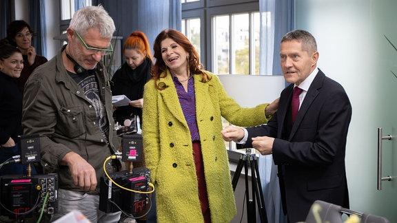 Regisseur Matthias Luther, Claudia Wenzel und Udo Schenk in einer Drehpause