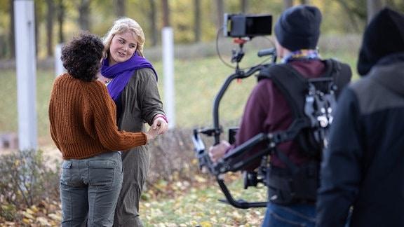 Liza Tzschirner und Christina Petersen bei Dreharbeiten