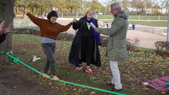 Regisseur Matthias Luther bespricht die nächste Szene mit Liza Tzschirner und Christina Petersen