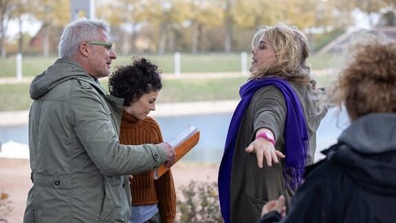 Regisseur Matthias Luther bespricht die Szene mit Liza Tzschirner und Christina Petersen