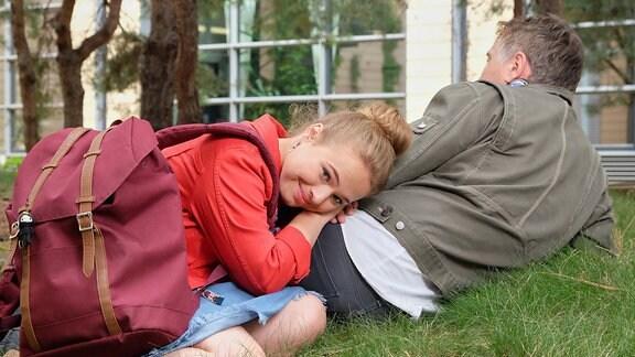 Ella Zirzow und Regisseur John Delbridge in einer Pause im Gras